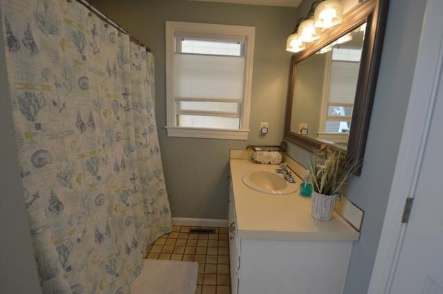1st floor bathroom with tubshower