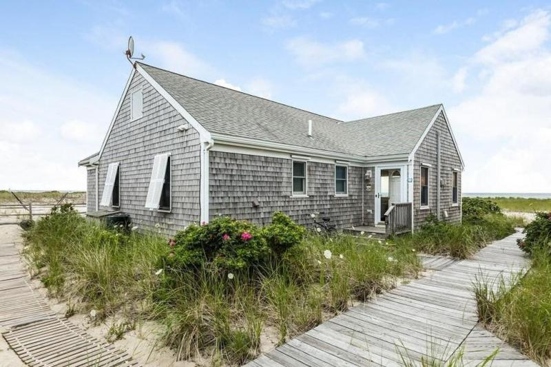 Lovely cottage right on Cape Cod Bay