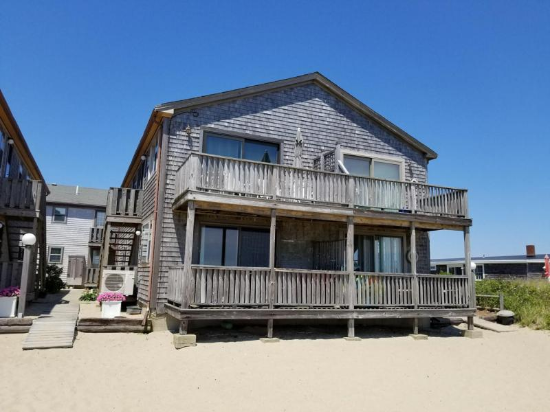 Beachfront unit with deck and direct access to the water