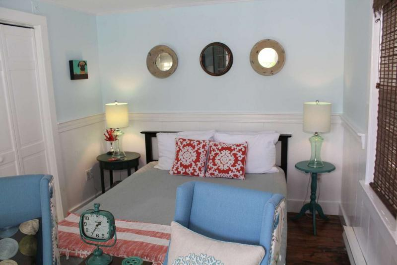 Open and bright studio with queen bed