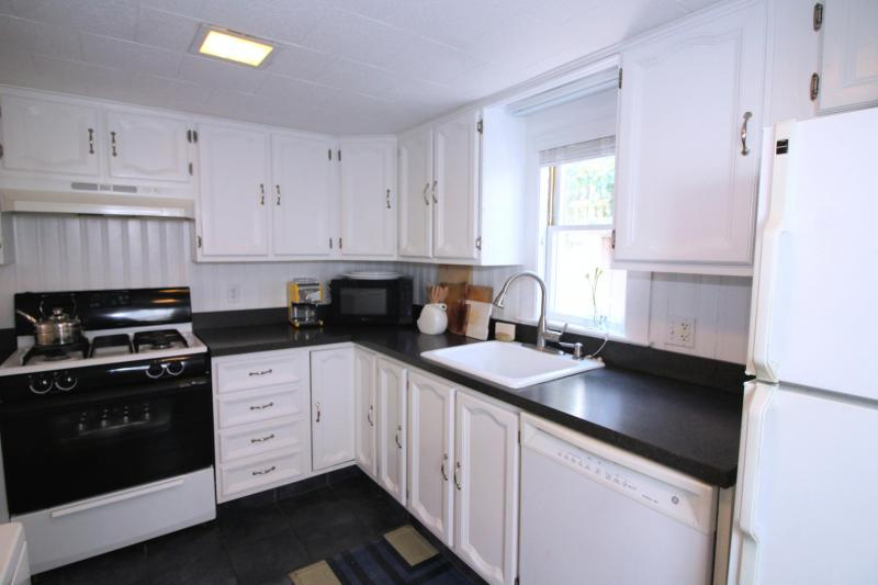 Nicely equipped kitchen with dishwasher