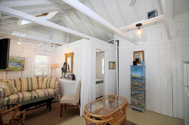 Open and bright one bedroom cottage
